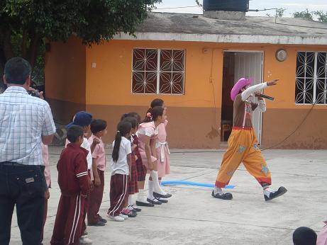 El Payaso divirtiendo a los niños
